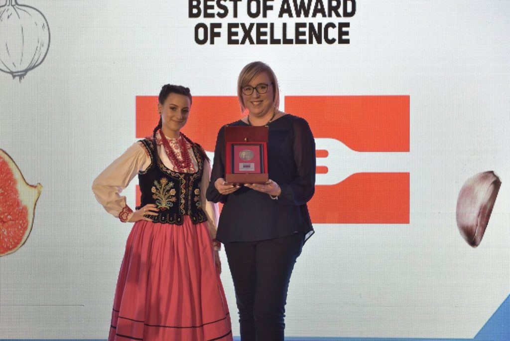 Kinga Harężlak-Gonfia odbiera nagrodę Best of Award of Excellence